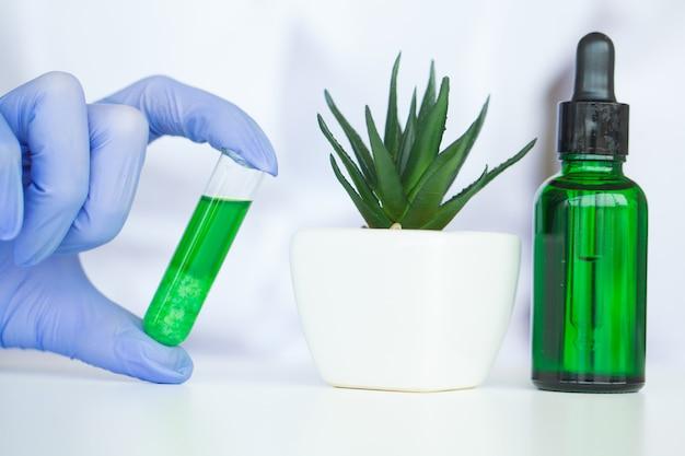 Il dermatologo produce in laboratorio il prodotto cosmetico con erbe naturali organiche