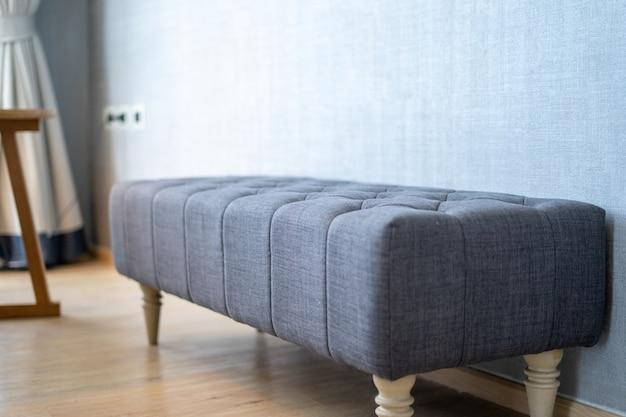 Il design degli interni di villa, casa, casa, condominio e appartamento dispone di sgabello blu, cuscino e tenda trasparente in camera da letto
