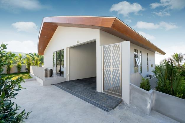 Il design esterno in villa, casa e casa dispone di posto auto coperto e ingresso principale della casa
