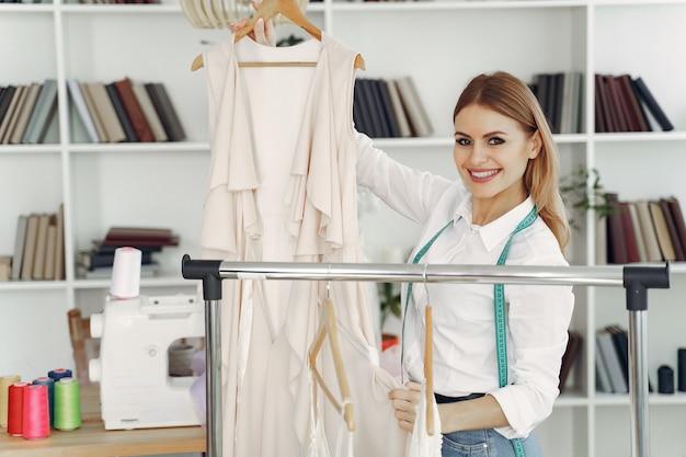 Il designer crea abiti in studio