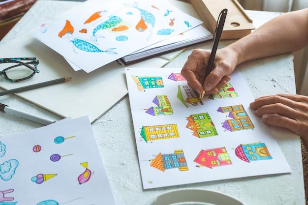 Il designer dell'animazione disegna schizzi colorati di vari personaggi.