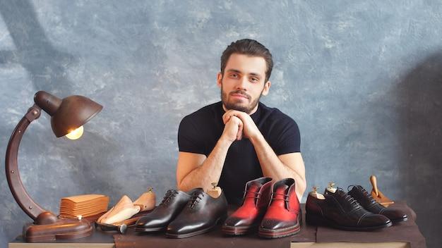 Il designer di scarpe di successo ha preparato scarpe in vendita, affari, concetto di shopping, ragazzo vende scarpe di moda
