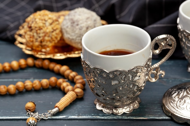 Il dessert delle palle del dado è servito con caffè sulla tavola di legno scura, vista superiore