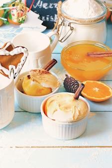 Il dessert di natale al forno con il retro stile del fondo di legno d'annata arancio della cannella ha tonificato il fuoco molle selettivo della foto