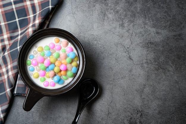 Il dessert. latte palla di cocco farina colorata, chiamata bua loi