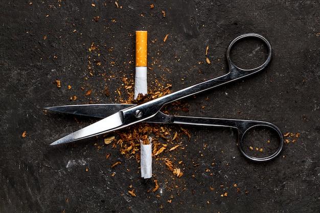 Il di un'uscita dalla dipendenza da nicotina. l'uomo lancia un'abitudine dannosa e malsana. smettere di fumare.