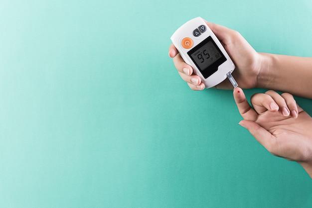 Il diabetico misura il livello di glucosio nel sangue.