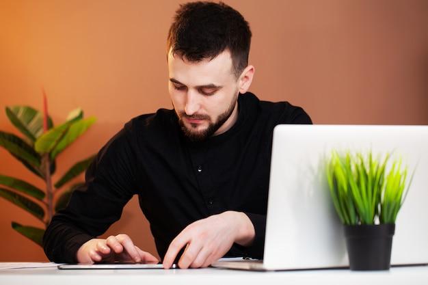 Il dipendente lavora al computer in ufficio