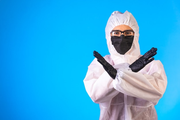 Il disinfettante in uniforme preventiva speciale fa gesti negativi.