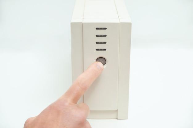 Il dito indice sta premendo il pulsante di avvio.