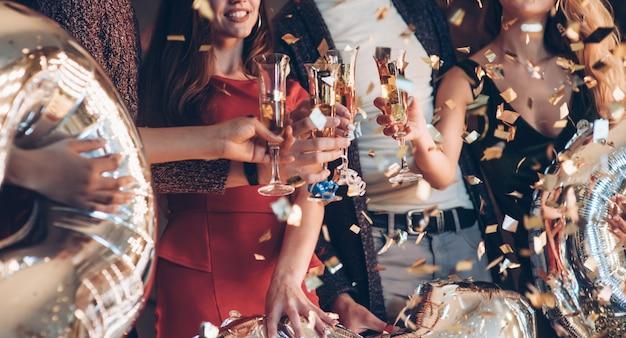 Il divertimento è in corso. foto della compagnia di amici che hanno la festa con l'alcol