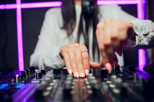 Il dj che gioca il primo piano del miscelatore di musica