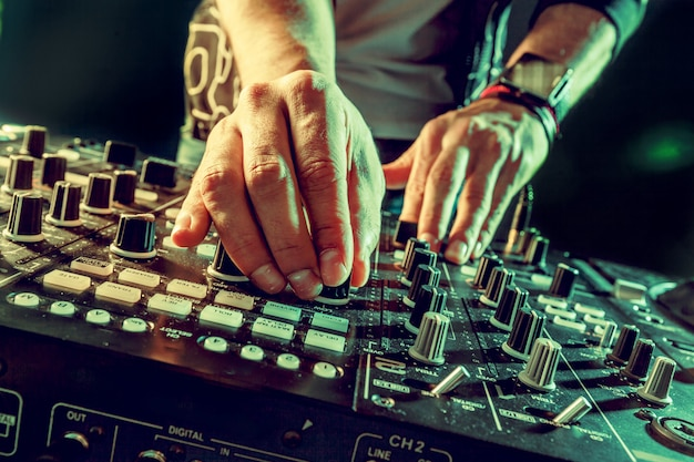 Il dj che gioca musica al primo piano del miscelatore