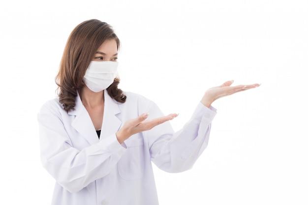 Il dottore alza le mani e posa in modo avverso