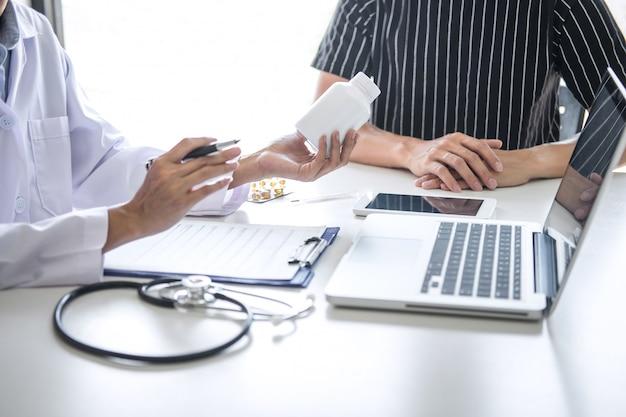 Il dottore che consulta il paziente che discute qualche sintomo della malattia e raccomanda i metodi di trattamento