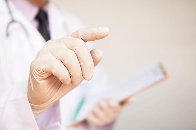 Il dottore maschio sta indicando