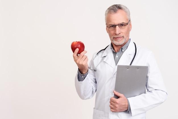 Il dottore maschio sta sorridendo.