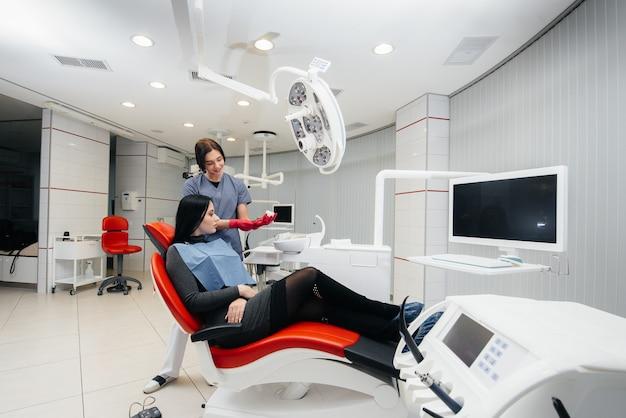 Il dottore mostra un cast della mascella del paziente. odontoiatria