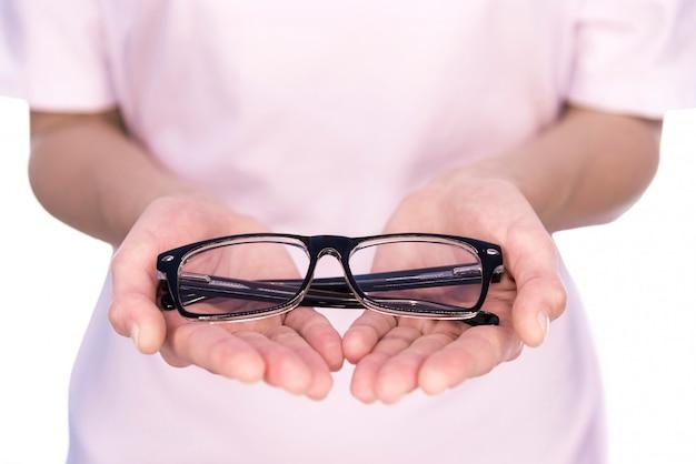 Il dottore offre occhiali per la vista.