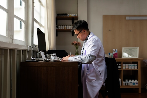 Il dottore sta controllando le scorte di medicinali