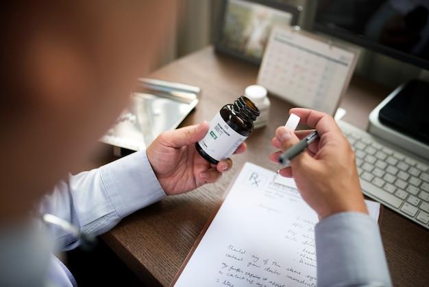 Il dottore sta scrivendo una prescrizione