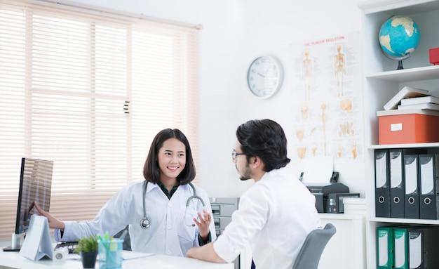 Il dottore sta spiegando a pazienti malati.