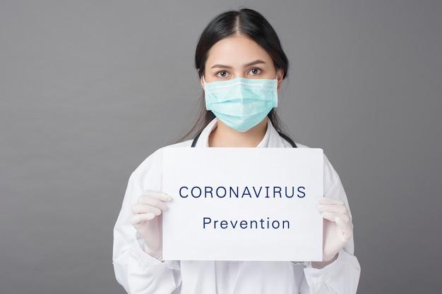 Il dottore tiene in mano un foglio di coronavirus