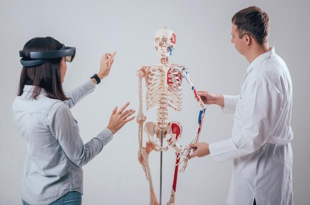 Il dottore usa occhiali per realtà aumentata e scheletro umano per insegnare agli studenti