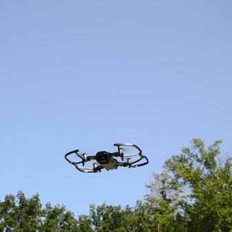 Il drone con la fotocamera decolla da terra e vola per scattare foto aeree