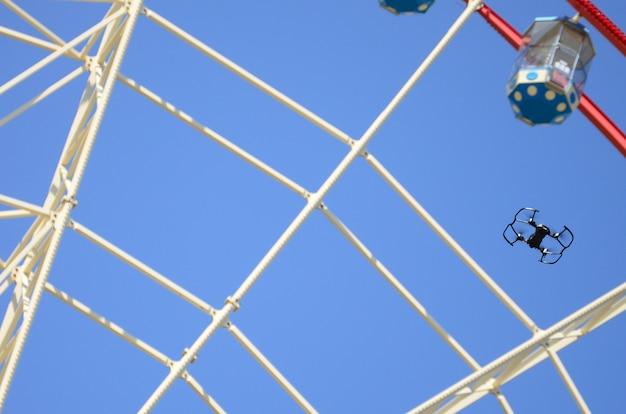 Il drone decolla da terra e vola per scattare foto davanti alla ruota panoramica