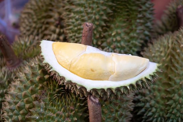 Il durian è un frutto tropicale. puzzolente ma delizioso durian è un frutto locale della thailandia.