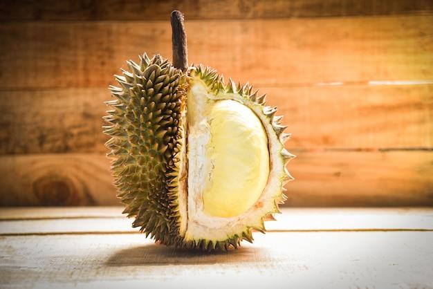 Il durian ha ripulito / la frutta tropicale della scorza fresca del durian su di legno sull'estate