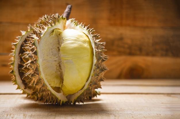 Il durian ha strappato la frutta tropicale fresca della buccia del durian su fondo di legno sull'estate