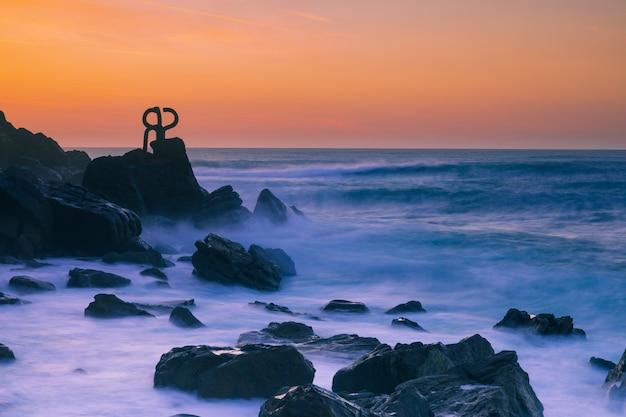 Il famoso pettine del vento (haize orrazia / peine de los vientos) a donostia-san sebastian, paesi baschi.