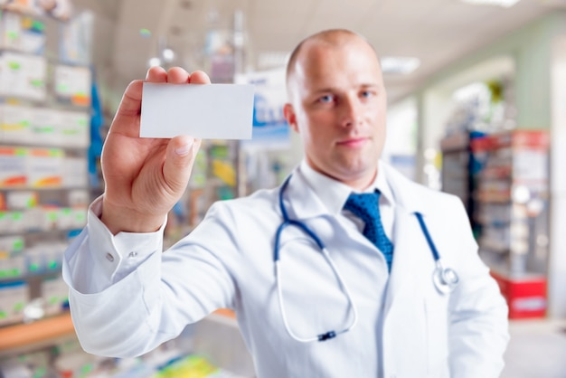 Il farmacista fornisce consigli sui medicinali.