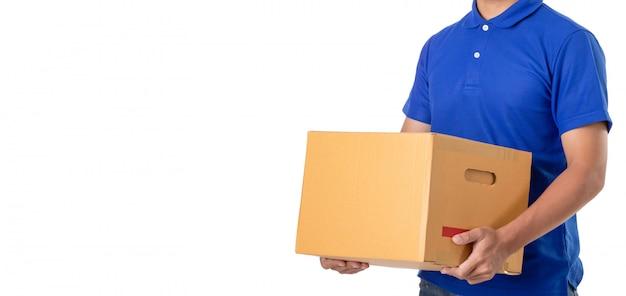 Il fattorino asiatico porta il pacco marrone o le scatole di cartone isolate su bianco