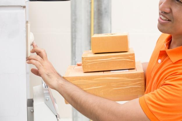 Il fattorino suona un campanello per chiamare i clienti per ricevere un pacco a casa