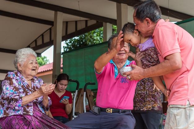 Il festival di songkran fa il bagno rispetto ai genitori