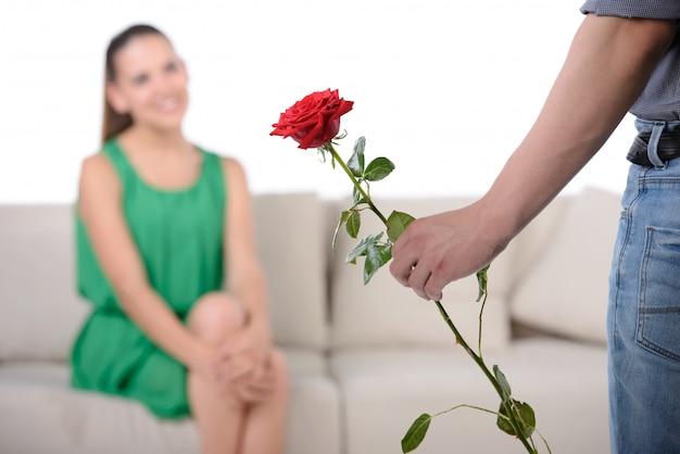 Il fidanzato amore vuole dare la loro ragazza di fiori.
