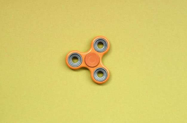Il filatore arancio di fidget si trova sulla struttura dell'arancia pastello di modo