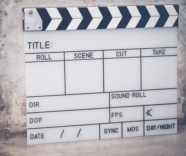 Il film di ardesia viene utilizzato per filmare il film sul pavimento di cemento.