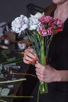 Il fiorista della donna fa un mazzo