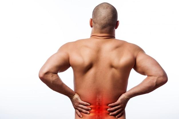 Il fisico sportivo giovane uomo calvo tiene una schiena malata