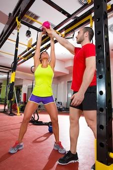 Il fitness crossfit kettlebells dondola personal trainer