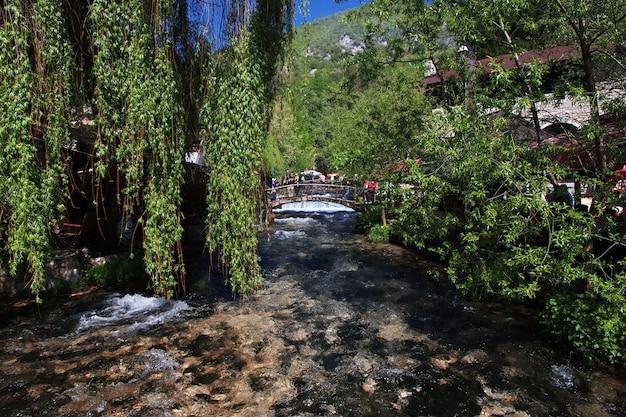 Il fiume a travnik, in bosnia ed erzegovina