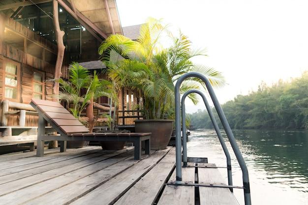 Il fiume kwai vista sul terrazzo del cottage rafting sul tramonto