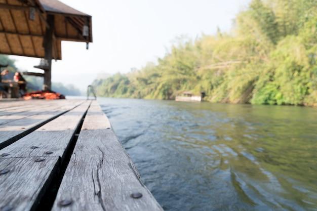 Il fiume kwai vista sulla terrazza del cottage rafting sul sorgere del sole