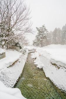Il fiume onsen scorre attraverso la città in giappone.