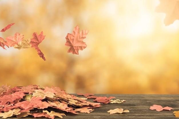 Il fogliame di autunno che vola sotto lascia il mazzo