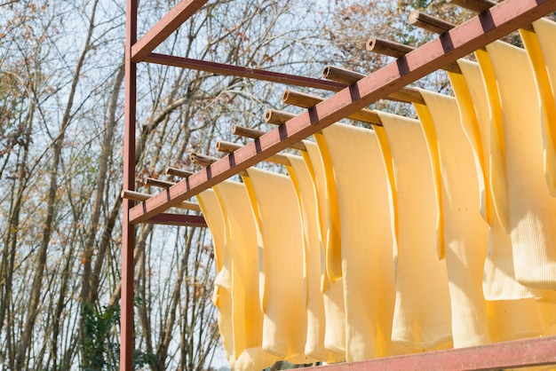 Il foglio di gomma è appeso sul gancio. produzione di gomma, processo di cottura.